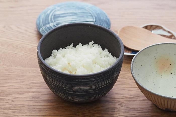 独特のインディゴブルーが美しい陶器のおひつです。蓋をしたまま、レンジにかけて温めることができるので、帰宅の遅い家族でもひとりで美味しいご飯を食べることができます。