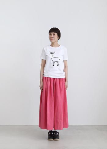 カジュアルな印象のクルーネック。かわいらしいイラストとの相性も抜群です。イラストTシャツにスカートを合わせて、カジュアルな着こなしを楽しんでみてください。