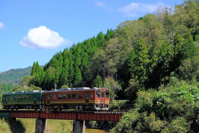 陶器とたぬきがとしてとても有名な信楽町は、滋賀県最南端の甲賀市西部に位置しています。山間部に位置する信楽町は、窯元が集中する信楽駅周辺から少し足をのばすと豊かな自然に囲まれています。