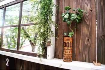 こちらのリメイク缶は、フェイクグリーンポットとしても◎アンティーク風のインテリアに素敵に馴染んでくれます。