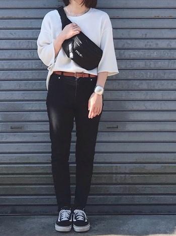 黒パンツは、スキニータイプを選ぶと、よりスタイルアップしてくれます。  オーバーサイズのトップスに合わせたときも、バランスをとってスッキリとした印象に仕上がります。