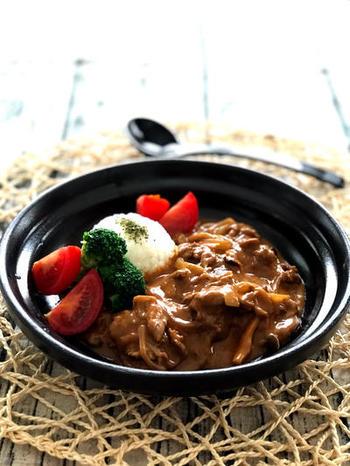 ディナーのリッチなメイン料理、ビーフストロガノフ。ナツメグを加えることで、ワンランク上の深い味わいになります。