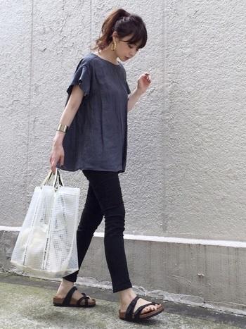 袖のフレアデザインが素敵なリネンブラウスに、黒スキニーを足して。  ゆとりのあるトップスはキュッと引き締まったパンツとの相性抜群!足首は見せて、軽やかさを出すのがポイント。 バッグはPVC素材などを選んで、トレンド感を足しましょう♪
