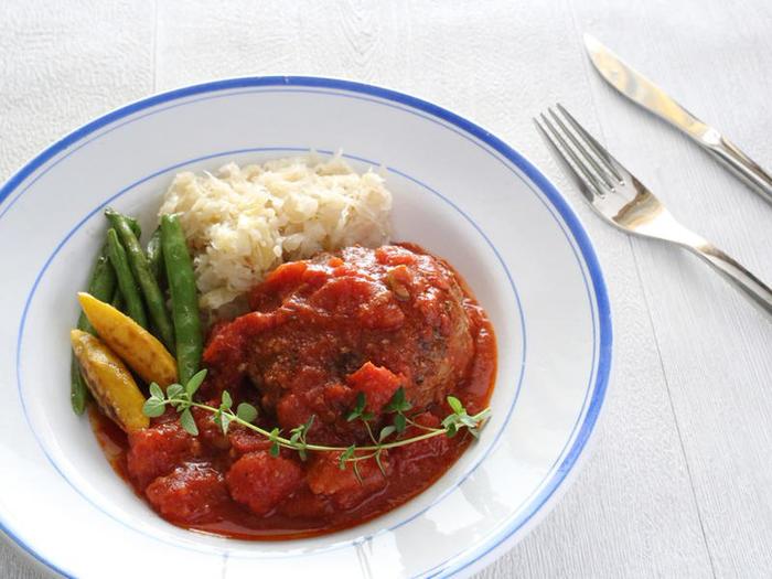ナツメグは、おもにハンバーグ・ミートローフ・ミートボールなどのひき肉料理をはじめ、さまざまな肉料理に使われます。素材の臭みを消し、うまみを引き出すのが最大の特徴。また、ナツメグには野菜の甘みを引き出す効果もあるようです。