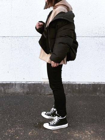 着ぶくれが気になるダウンジャケットも、黒スキニーとの組み合わせなら安心して着られます。 ジャケットとの間に明るい色のパーカーを挟むことで、軽さをプラス。