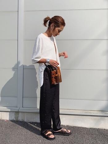 オーバーサイズTシャツに、黒パンツを合わせたカジュアルコーデ。 パンツはサテン素材で、夏でも重く見えないのがポイント。 前だけタックインすればバランス良く、こなれ感もアップ!