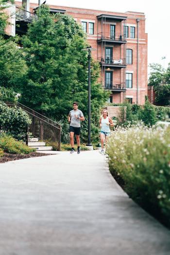 適度な運動をすることで、精神を安定させるセロトニンの分泌が高まるそう。運動はちょっと…という方は「散歩する」「よく噛む」でもOK。とにかく身体をリズミカルに動かしていくことで、自然と心も回復に向かうでしょう。