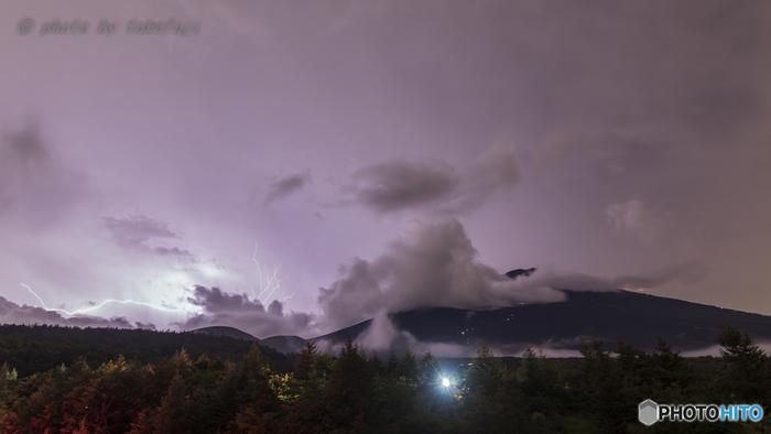 7月前半は梅雨明け前なこともあり、雨が心配な時期でもあります。日ごろの生活では大したことがない雨でも、山の上では命に係わる危険になることも。登山前にしっかりと天気予報をチェックするのはもちろん、不安な時には山小屋などで状況をしっかり確認する必要があります。また、途中で雨が降ってきても大丈夫な様に、雨具をしっかり用意しておきましょう。