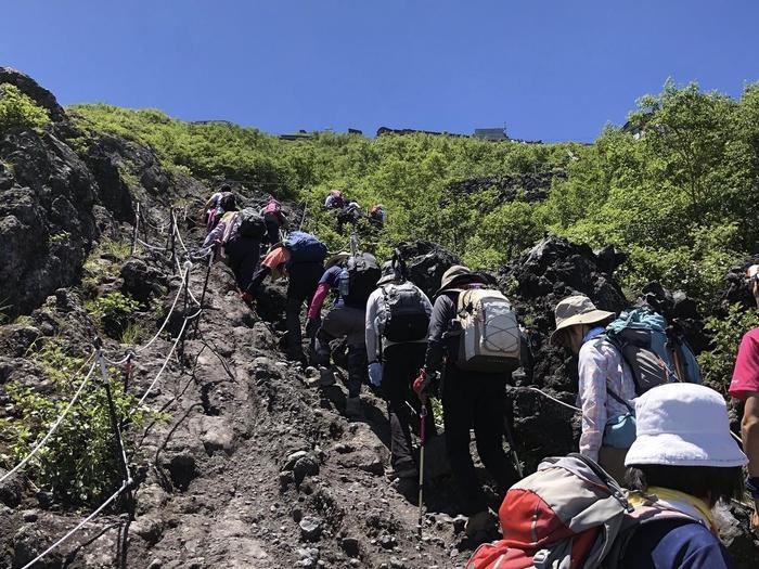 日本からだけではなく、世界中から登山者が訪れる富士登山。シーズン中は、レストラン、トイレなど様々な場所で行列が出来ることも珍しくありません。もちろん登山中に渋滞していることも。誰もが疲れている状態で、自分のペースで動きたいと思ってしまいますが、譲りあう気持ちを忘れない様にしましょう。ご来光を見たい!など、時間が気になる方は余裕を持ったタイムスケジュールを立ててくださいね。