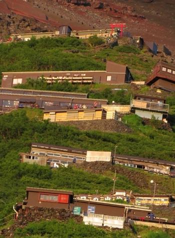 天候、体力、高山病など、何が起こるが分からない富士登山。特に初心者の方は、ご自身がどれくらいのスピードで登るかを判断するのも難しいと思うので、日帰りではなく山小屋に一泊するなどして余裕をもったスケジュールで山頂を目指しましょう。
