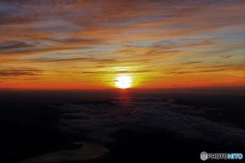 山頂に辿り着いた人にしか見られない、ご来光。太陽のパワーの力強さをこんなに近くで感じられるのは、ここまで登ってきた人だけが感じられる特別なものですね。