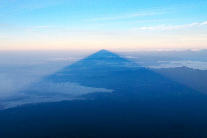 朝日や夕日を受けた富士山の姿が、雲や裾野に影となって映る影富士。雲が低く垂れこめた日の、日の出日の入り後数時間しか見られない、とても貴重な光景です。