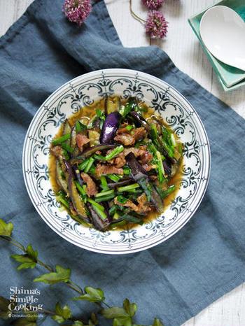 スタミナ食材のニラをナスと豚バラ肉と一緒に味噌炒めにしたご飯にぴったりのレシピ。丼にしても美味しそうですね。