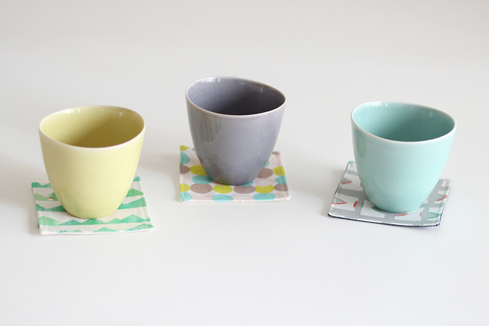同じ種類のテキスタイルで揃えるのは勿論、一枚づつ違ったテキスタイルで作れば、グラスやコップとの組み合わせが、より楽しくなりそうですね♪