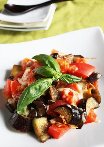 フライパンで作れる簡単イタリアン。とろけたピザ用チーズが食欲をそそります。