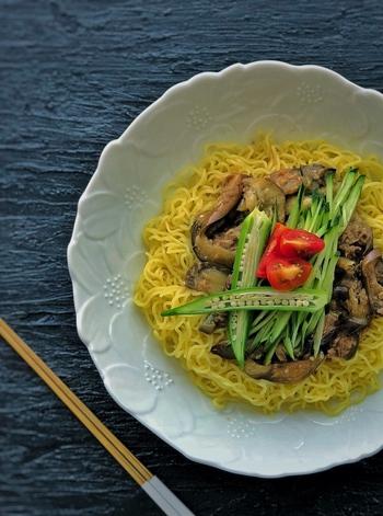ツナとナスで作るジャージャー麺風の一皿は甘辛い味付けでやみつきになっちゃいます。