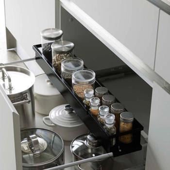 シンク下の引き出しタイプは、上の空間が余ってもったいない…と感じることも。 こんな伸縮式の専用ラックを使えば、デッドスペースの有効活用ができます。 調味料など、細々としたのものの収納に役立ちます。