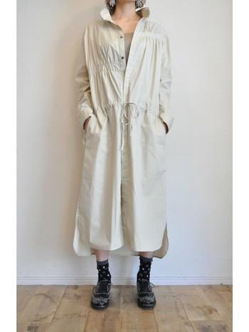 一枚で着ても着こなしがきちんと決まるシャツワンピース。無地でもウエストラインにギャザーのあるデザインなら、カジュアルでメリハリのあるコーディネートに。