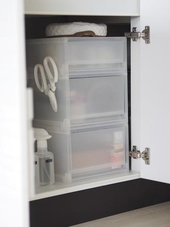 小さな引出しケースを入れると奥行きを有効活用できます。 無印のPPケースは、サイズ展開も豊富で、中身がうっすらと見えるのも便利♪キッチンで使う消耗品を種類ごとに収納。   調理中から片付けまで、何かと使用するキッチンバサミは、掛けておくと便利ですね♪