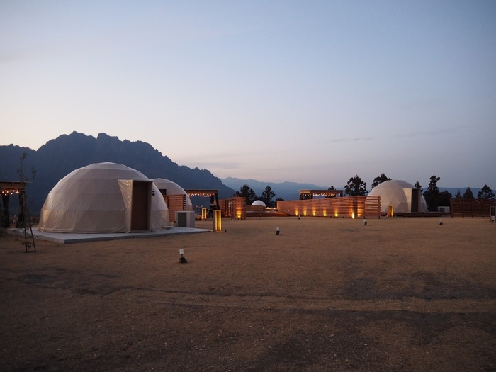 日本三大奇景の一つである群馬県の妙義山にオープンしたのが「妙義グリーンホテル&テラス」にあるグランピング施設。この幻想的な景色。感動です!