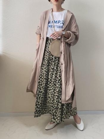 シャツワンピースとロングスカートのレイヤードスタイルも素敵♪ピンクの無地のシャツにスカートの花柄が映え、女性らしい着こなしを生み出しています。