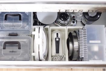 大きさがバラバラなお菓子作りの道具は、ボックスを使って立てて収納。 一箇所にまとめてしまっておけば、作りたいときにすぐにお菓子作りを始められますね。