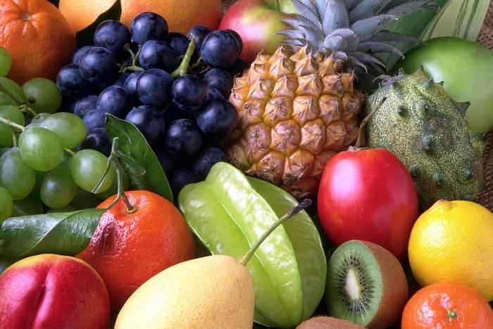 パイナップル、パパイヤ、リンゴ、キウイなどと一緒に15分ほど漬け込むと、果物に含まれる「タンパク質分解酵素(プロテアーゼ)」が働いてお肉がやわらかくなります。舞茸や玉ねぎにもプロテアーゼが含まれているので、刻んでお肉を漬け込むと◎。