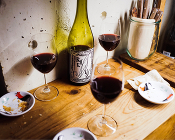 ナチュラルワインのトップランナーである店主さんと、その妹さんが焼くパンは誰もが唸る美味しさ。確かなワインセレクトとその人柄から、多くファンに愛されているお店なんです。一度ここを訪れると、ナチュラルワインを知らない人もワインの世界が広がること間違いなし!