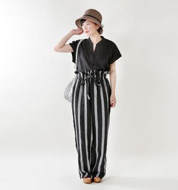 黒のシャツにストライプパンツとシルバーのバッグ、というクールなコーデにクロシェハットを。洗練された中にも柔らかさのある雰囲気に。