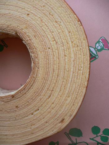 東横線学芸大学駅のすぐそば、1952年創業の老舗、マッターホーン。しっとり柔らかなバウムクーヘンと、画家の鈴木新太郎さんによる愛らしいイラストが描かれたピンクの包装紙。贈り物にしても喜ばれるお品です。