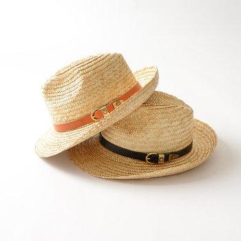 トップの部分がへこんでいる中折れ帽。フェルト素材のものもありますが、夏にかぶりたいのはストローハット。コンパクトに折りたためることができるものが多いのも特徴です。