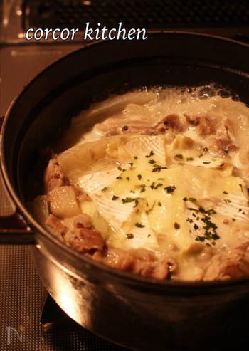 中央にカマンベールチーズを丸ごと1つ入れれば、コクのあるトロットロの鍋に! 隠し味に白みそを加えると味が締まってさらに美味しさUP。