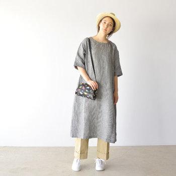 ストンとしたシンプルなワンピース。中折れ帽や目を引くデザインのバッグを合わせることで無難な印象になりません。