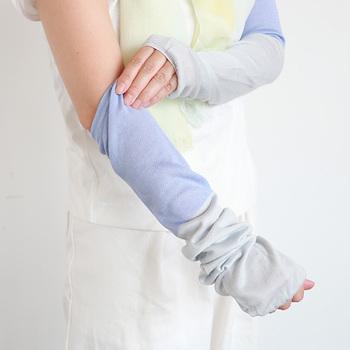 靴下の生産地として有名な奈良県にある靴下屋さんと中川政七商店が作った、ひんやりとした肌触りのアームカバー。薄手でやわらかな質感のアームカバーは、接触冷感糸が使われているので、着用時にひんやりとした感覚を得ることができて、夏にピッタリ。