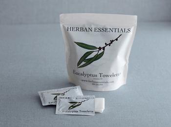 花や草木など有機栽培、もしくは野生種の植物から採取したピュアなエッセンシャルオイルがたっぷりと使われた、携帯用のアロマタオルのユーカリ。