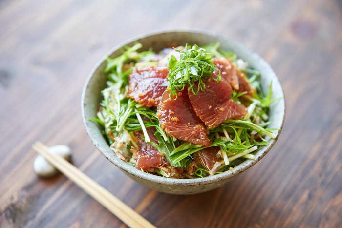 食欲のない日は、さっぱり頂ける、漬け丼がおすすめ。カツオを生姜と醤油、酒、みりんのタレに漬け込んで、水菜と交互にどんぶりに盛るだけ。こちらに、お吸い物と香の物を添えたら、立派な食卓に。カツオを違う魚に変えても試してみたいですね。