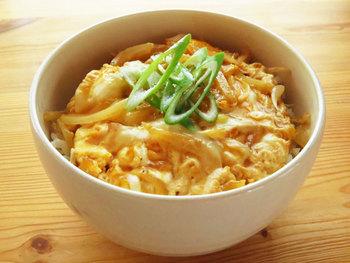 冷蔵庫に何もない! というときでも、卵と玉ねぎさえあれば作れちゃう卵丼。こちらは、麺つゆを使った簡単レシピ。おひとりさまの昼食や、遅い時間の夕食にもおすすめです。