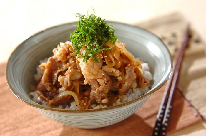 ツユで煮込む牛丼や親子丼と違って、お肉に下味を付けてから炒める豚丼。甘辛いタレが食欲をそそるレシピ。お弁当のおかずにもできるので、作り置きにもおすすめ。