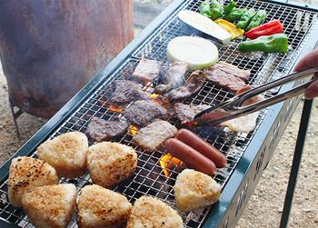 スイーツだけでなく、しっかりと食事をしたい方にはバーベキューがおすすめです。ここでは、牧場があらかじめ食材を用意してくれているので、手ぶらでバーベキューを楽しむことができます。