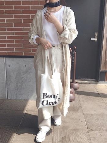 ビックシルエットのシャツワンピースは着るだけでどこかオシャレな雰囲気に。白のTシャツ、パンツと合わせたワントーンコーデも旬の空気感いっぱい!