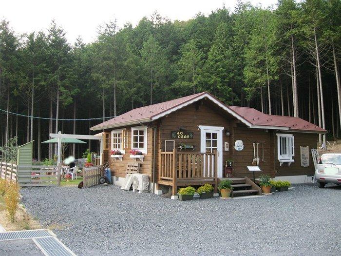 森のCafeは、信楽町郊外にある広大な杉の森の中に、ひっそりと佇むログハウス調の建物をしたカフェレストランです。