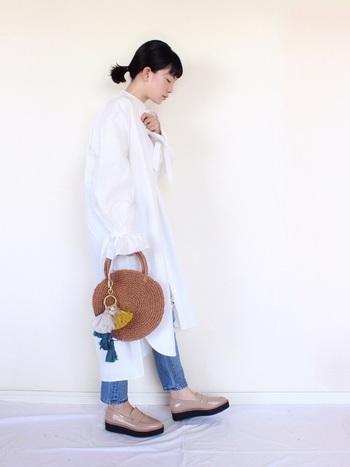 変形シルエットのシャツワンピースは、着るだけでコーディネートが仕上がります。ふんわりとした袖が特徴のシャツワンピをベーシックなデニムと合わせれば、ほどよくフェミニンなスタイルに。