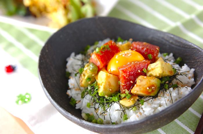 マグロとアボカドの組み合わせは、もう定番ですね。こちらのレシピは、タレにコチュジャンとごま油、にんにくを加えて韓国風に。一味違ったアボカドとマグロ丼を食べてみたい人は、作ってみてくださいね。