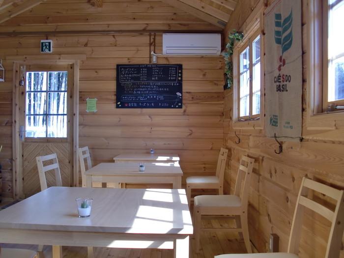 明るく開放感あふれる店内は、テーブルや椅子も木目調のもので統一されており、木のぬくもりたっぷりです。