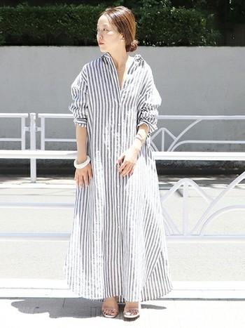 マキシ丈のシャツワンピースは着るだけでトレンド感が生まれるだけでなく、気になる体型もきれいにカバー。ストライプ柄ならさらに縦のラインを強調できるので、すらりと見せることができますね。