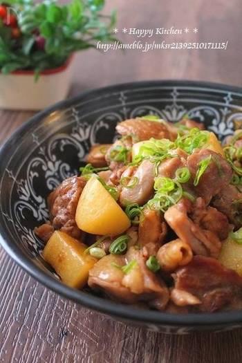 鶏もも肉×じゃがいもで作るほっくり煮物のレシピです。フライパンで炒め、調味料を加えて煮るだけ。綺麗な照りと甘辛味でご飯が進む一品に。