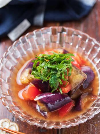 副菜はなす×トマトのぽん酢マリネでさっぱりと。こちらもレンジだけで作ることができて簡単!トマトから水分が出るので、調味料3つでも驚くほど美味しく出来上がりますよ。