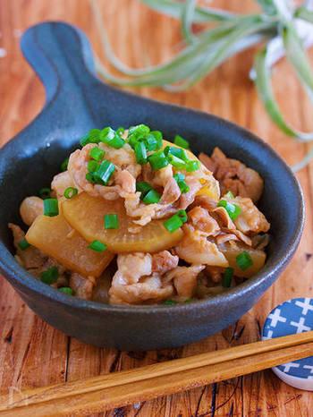 ご飯に合う煮物、豚バラ大根。豚バラも大根も薄切りにすれば、フライパンで10分煮るだけで味がしみしみに。めんつゆとしょうがチューブだけの味つけの手軽さも嬉しいレシピです。