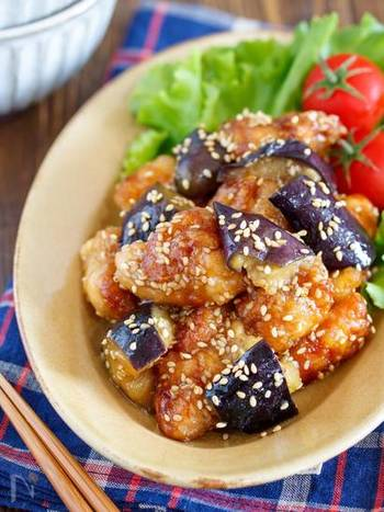 鶏もも肉×なすで作るボリューミーな一皿。なすは油をからめてフライパンで蒸し焼きにすることで、油分カットしながらも美味しく仕上がります。甘酢が食欲をそそる、冷めても美味しい優秀おかずです。