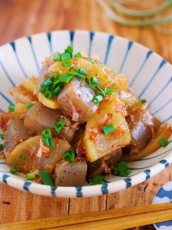 副菜も15分で出来上がる大根×こんにゃくの簡単煮物を合わせて。フライパンで作れ、しかも味つけはめんつゆや和風だしの素でOK!覚えておきたいレシピです。